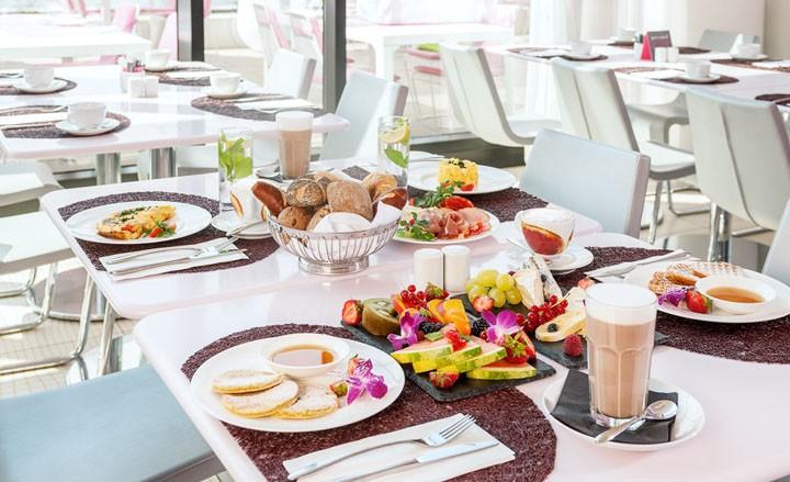 Frühstück für Zwei mit Blick auf die Spree im nhow Berlin
