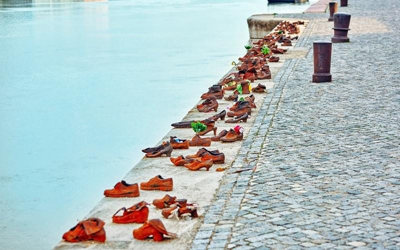 Schuhe-am-Donauufer