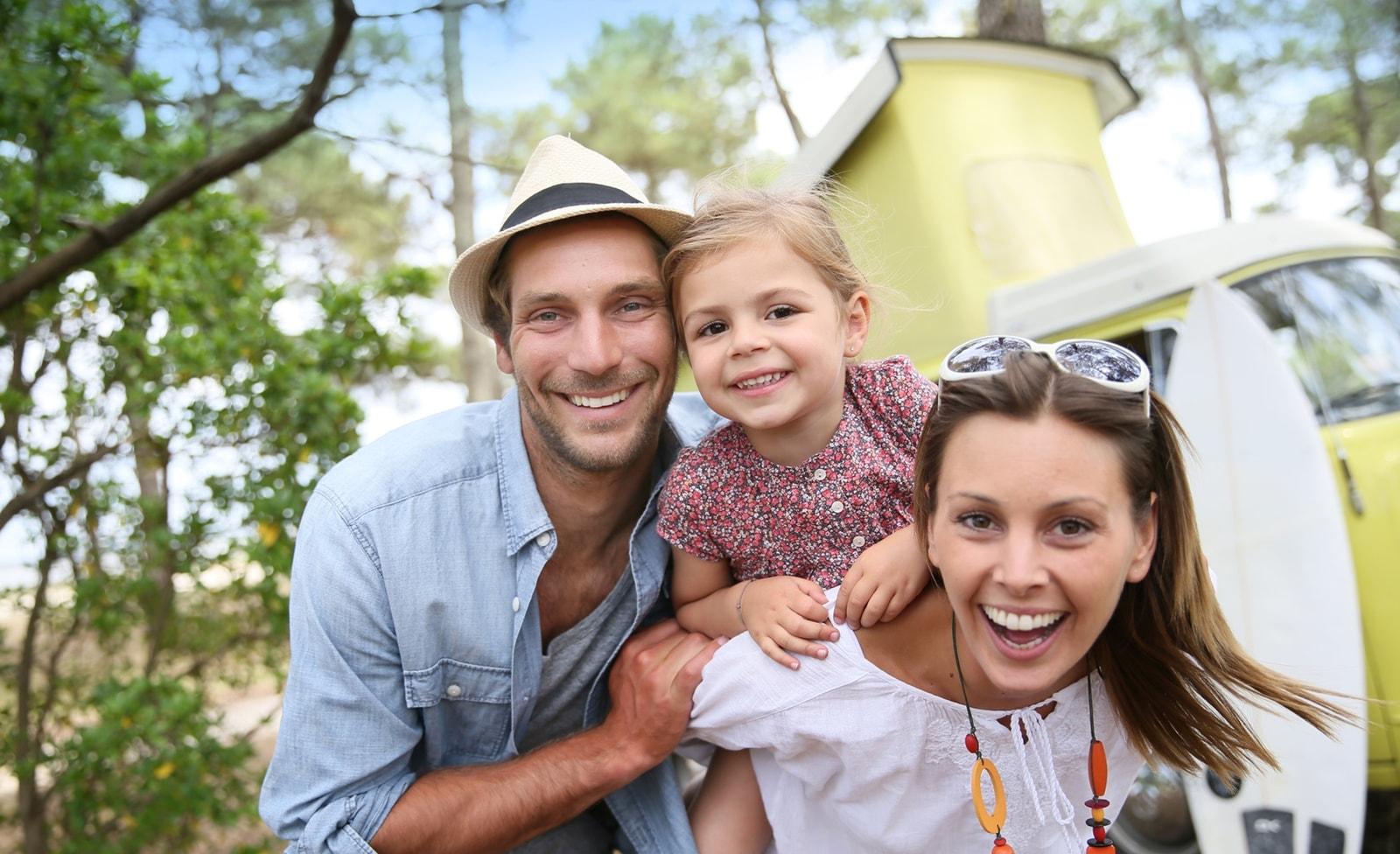 Familie vor Campingmobil