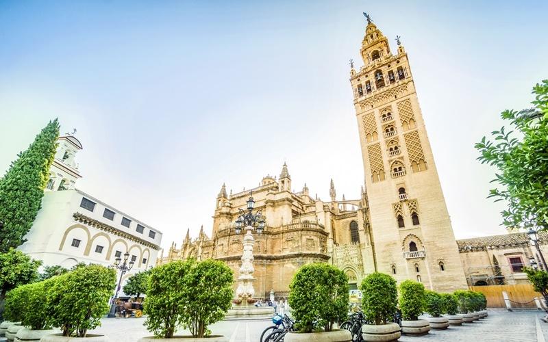 Giralda-und-Kathedrale-von-Sevilla