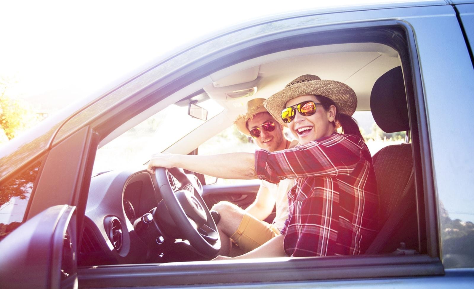 Zwei Menschen in einem Auto