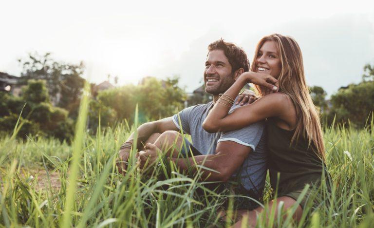 Verliebtes Paar im Gras