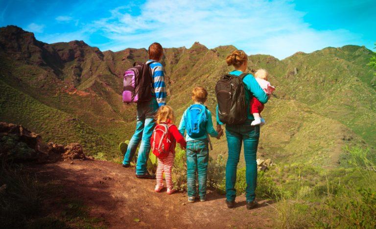 Familie steht auf einem berg