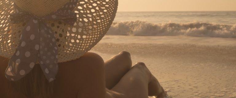 Frau macht FKK-Urlaub