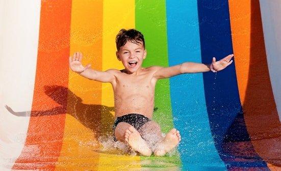Junge auf einer Wasserrutsche