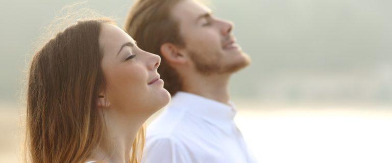Paar atmet durch