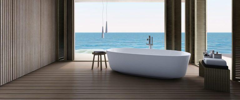 Badewanne vor Panoramafenster