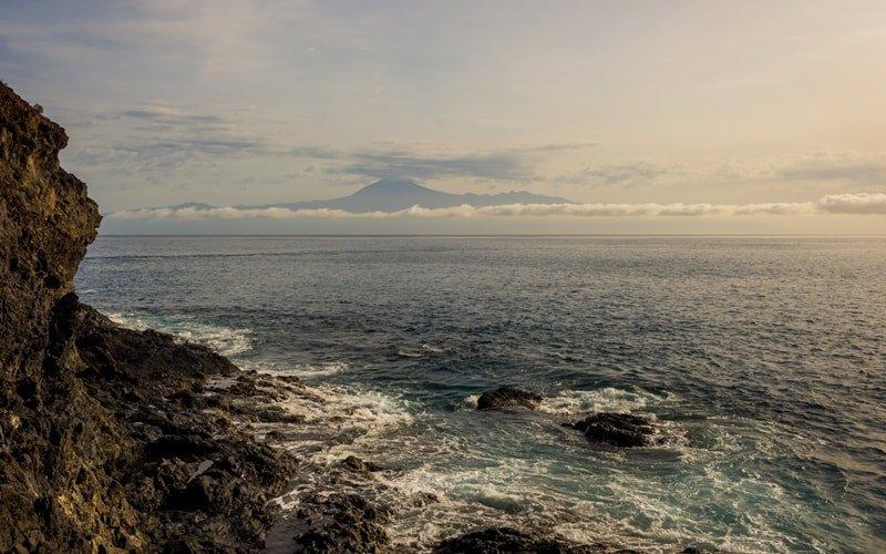 Strandpanorama: Blick auf El Teide auf Teneriffa.