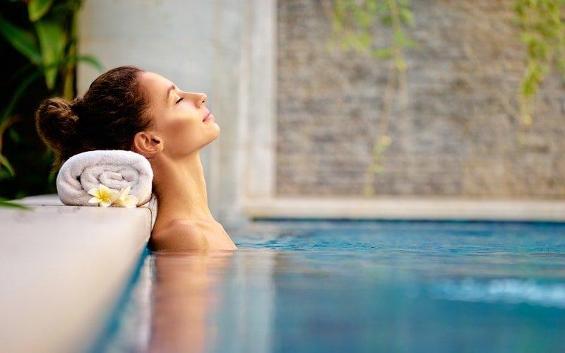 Frau entspannt im Wasserbecken