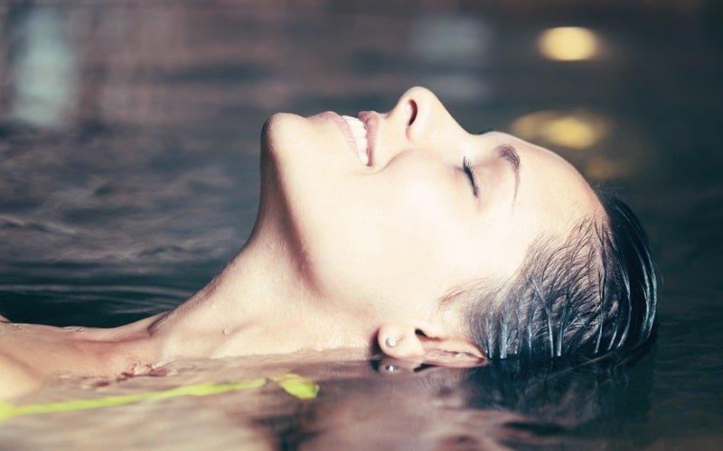 Frau entspannt in Wasserbecken