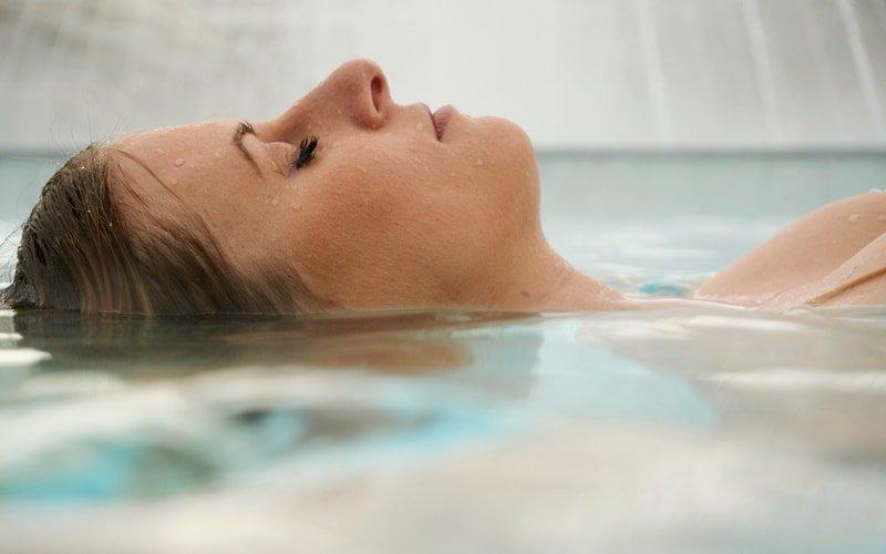 Frau beim Floating