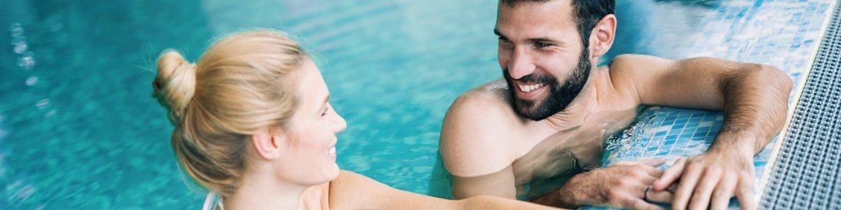 Frau und Mann in Thermalbecken