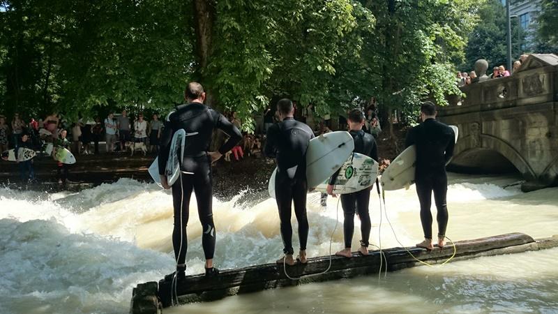 Surfen im englischen Garten München Sehenswürdigkeiten