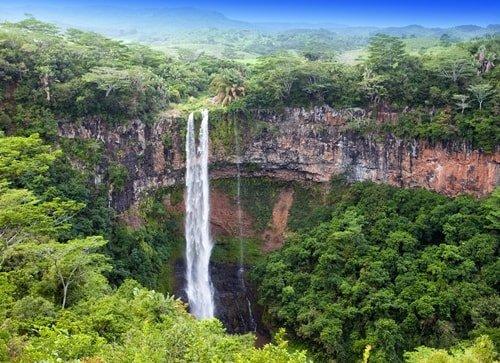 """Mauritius: Tropenparadies im Indischen Ozean """"Wo waren Vik und Dominique letztes Jahr im Mai auf Hochzeitsreise? Mauritius, natürlich."""" Solche Gespräche werden jedes Jahr in deutschen Wohnzimmern geführt. Pack deinen Koffer, denn egal ob mit oder ohne Trauschein, das Tropenparadies wird durch den Ausbau des Fernverkehrs immer erreichbarer. Wir wollen aber auch nicht flunkern, wirklich günstig ist Urlaub auf Mauritius nicht. Warum Urlaub auf Mauritius im Mai? Temperaturen: Luft 20 °C bis 28°C, Wasser 27 °C, 8 Sonnenstunden Man gönnt sich ja sonst nichts. Suchst du nach einem warmen Reiseziel im Mai und scheust Fernreisen nicht, spricht nichts gegen die Insel mit dem tropischen Klima. Es ist ganzjährig warm. Temperaturen von 25 °C bis 30 °C lassen das ganze Jahr über Badeurlaub zu. Die Wasser im Indischen Ozean? Mindestens 25 °C. Das Beste an der Reisezeit Mai: Zwischen Mai und November herrscht Winterzeit auf der Südhalbkugel der Erde. Vor tropischen Stürmen und Zyklonen bist du im Mai auf Mauritius mehr als sicher."""