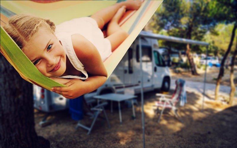 Kind beim Campen