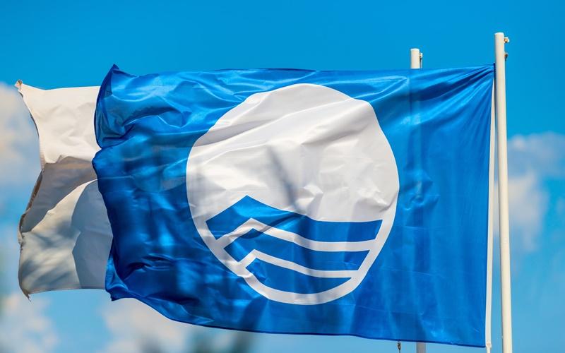 blaue flagge santorin strände