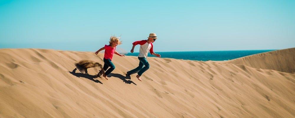 Kinder in Sanddünen Gran Canaria