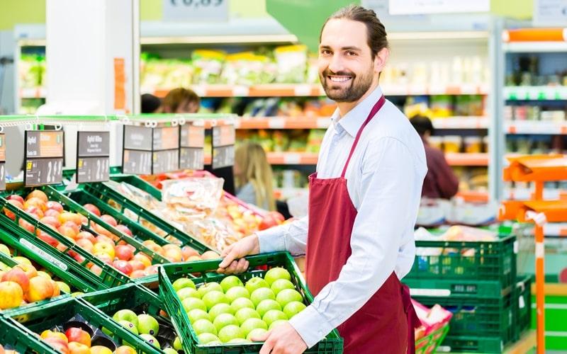 Angestellter im Supermarkt