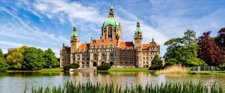 Das Ufer des Maschsees mit Blick auf das Neue Rathaus Hannover