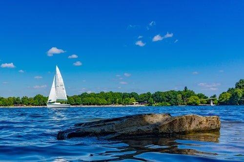 Segelboot auf der Sechs-Seen-Platte Duisburg
