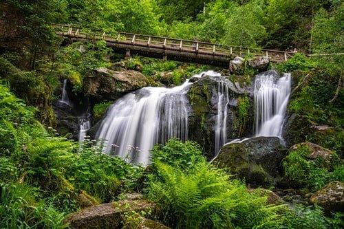 Brücke vor den Triberger Wasserfälle im Schwarzwald