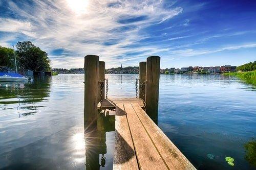 Bootsteg an einem See in Malchow